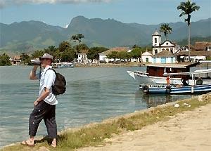 Mann mit Fernglas an der Küste Paratys