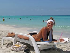 Frau auf Sonnenliege am Strand