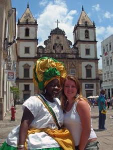 Bahianerin mit Touristin vor einer Kirche
