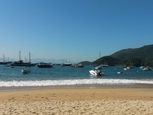 Strand und Boote auf der Ilha Grande