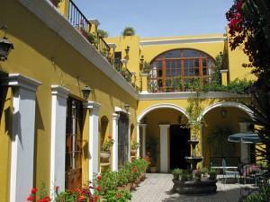 Casa met bloemenpatio - reis Peru