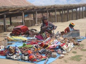 chincheros-lokale-dame-met-souvenirs