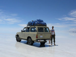 Reiziger bij Jeep - Uyuni Bolivia