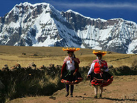 Meerdaagse Lares trail: Met deze trekking ligt de focus meer op de dorpjes en je ziet daardoor wat meer van de bevolking. Omdat het minder druk is op deze route, voelt deze trail ook een stukje authentieker aan. Met deze trail slaap je twee nachten in een tent, daarna een nachtje in een hotel in Ollantaytambo in de heilige vallei en de laatste nacht in Aguas Calientes. De volgende dag kun je in de ochtend fris en fruitig Machu Picchu bezoeken.