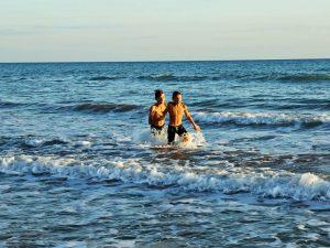 Italien Reisen Sizilien Familie Baden im Meer