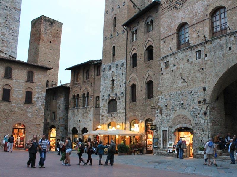 Warum nach Italien reisen? Ein Platz in der Mittelalterstadt San Gimignano