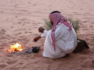 beduine am feuer in der wüste