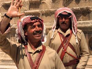 freundlich winkender Jordanier