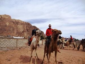 In der Wüste können Sie einen Kamelritt unternehmen