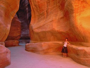 Jordanien Highlights Es gibt einiges Interessantes im Siq zu erkunden