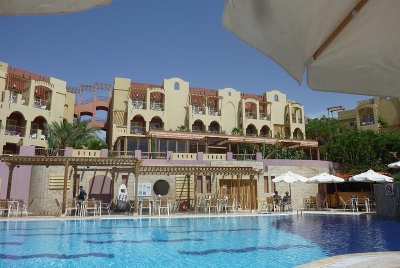 Vom Pool aus haben Sie einen Blick auf die Hotelanlage