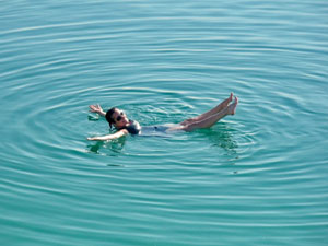 Lassen Sie sich auf dem Toten Meer treiben