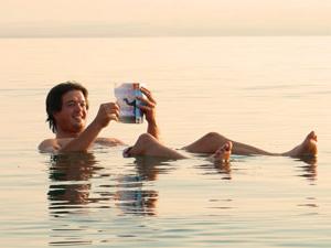 Entspannt ein gutes Buch lesen auf dem Toten Meer