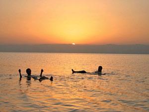 Im Toten Meer können Sie sich so lange treiben lassen wie Sie möchten