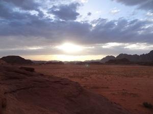 Wüste Wadi Rum - Sonnenuntergang über der Wüstenlandschaft im Wadi Rum