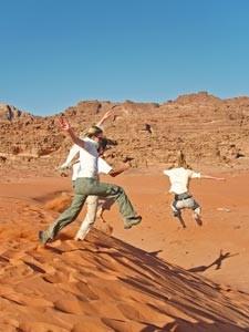 Sie machen Halt an den roten Dünen in der Wüste