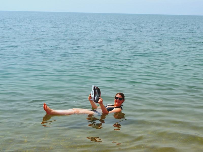 Warum nach Jordanien reisen? Lesen im Toten Meer