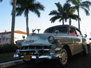 Oldtimerfahrt durch die Straßen Havannas