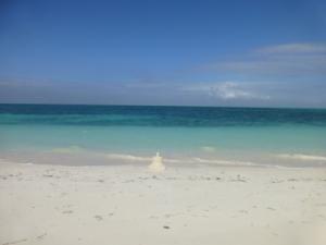 weißer Sandstrand vor türkisem Meer