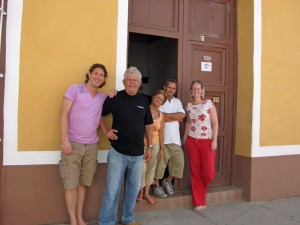 Familie vor Casa Particular in Trinidad auf Kuba