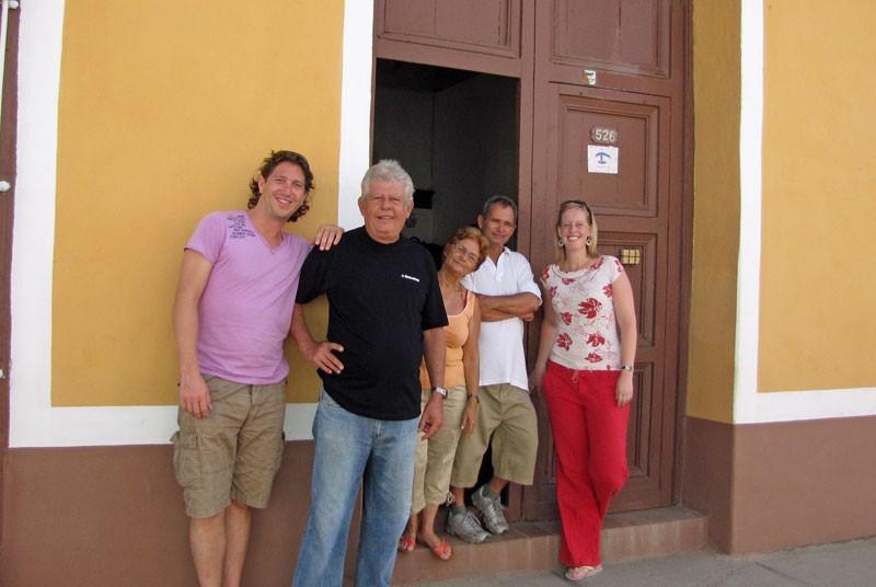 Familie vor einer Casa Particular in Trinidad