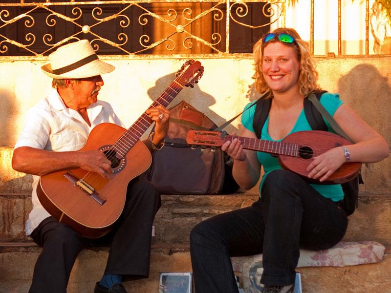 Mädchen mit Gitarre in Trinidad in Kuba