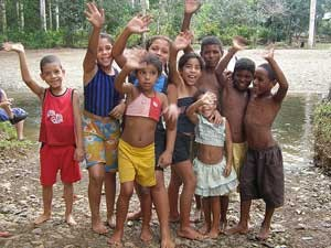 Winkende Kinder in Baracoa