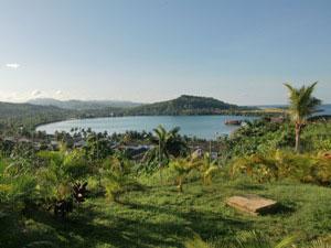 Blick auf das Dorf, die Bucht und die Küste in Baracoa