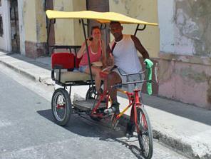 Kuba Privatunterkünfte Touristin im Bici-Taxi
