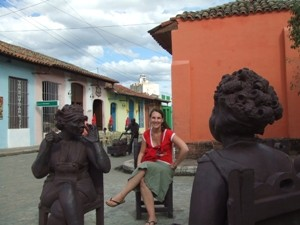 Frau mit Figuren in Camaguey