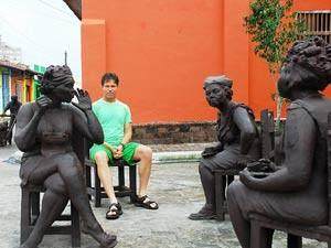 Tourist mit Statuen in Camaguey