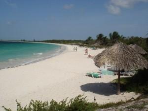 Weißer Sandstrand bei Kuba Urlaub
