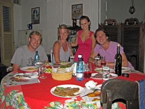 Geselliges Beisammensein Ihrer Gastfamilie einer Privatunterkunft auf Kuba