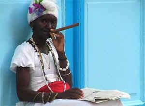 Kubanerin raucht Zigarre