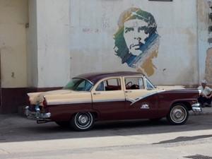 Oldtimer vor Che Portrait