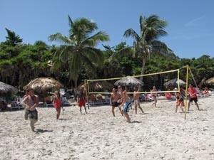 Beachvolleyball am Strand spielen