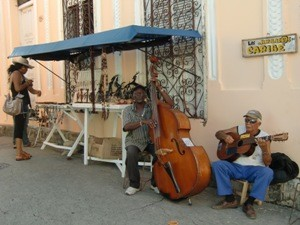 Gesellige Straßenmusiker in Holguin