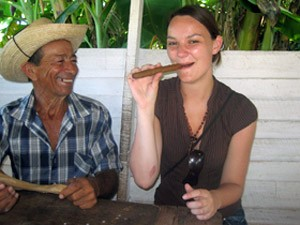 Zigarrenrauchen beim Tabakbauern in Vinales