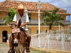 Kubaner reitet auf einem Esel in Trinidad