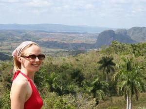 Frau und Aussicht im Vinales Tal