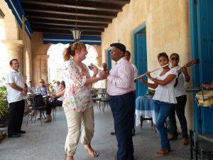 Tanzende Straßenmusiker in Havanna