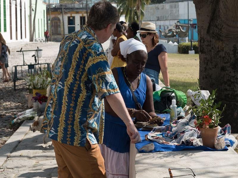 Kubanerin spricht mit einem Touristen