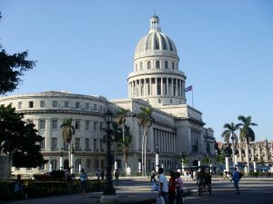 weißes Capitol Gebäude auf einem Platz