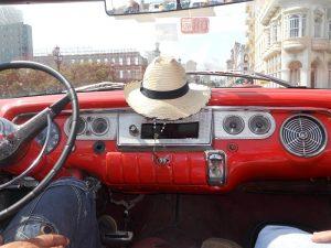 Roter-Oldtimer-in-Havanna-Gepäck-Kuba