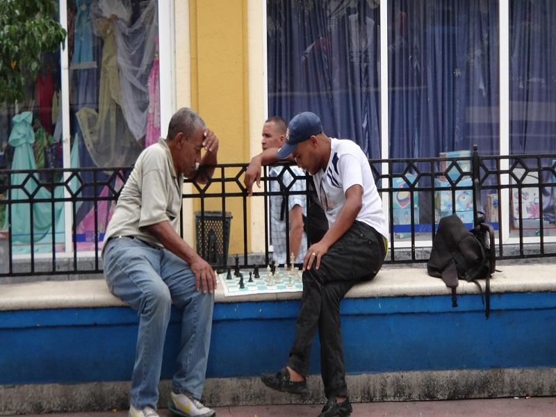 Schachspieler im Park nahe Santiago de Cuba