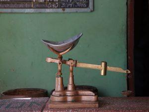 Alte-Waage-die-auf-einem-Tresen-steht-Preise-und-kosten-auf-kuba