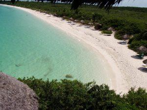 Karibischer Strand mit türkisblauem Wasser
