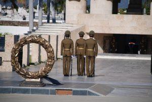 Wachablösung-auf-dem-Friedhof-in-Santiago-de-Cuba-Feiertage-Kuba