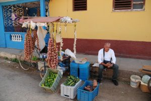 Straßenhändler-in-Trinidad-Preise-und-Kosten-auf-Kuba