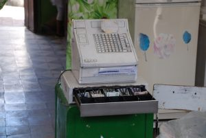 alte-Kasse-in-einer-kubanischen-Apotheke-Preise-und-Kosten-vor-Ort
